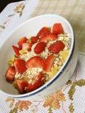 Granola en aardbeien royalty-vrije stock afbeelding