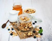Granola faite maison avec des myrtilles Photos libres de droits