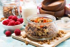 granola faite maison avec les abricots secs et les écrous pour le petit déjeuner image libre de droits