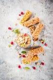 Granola faite maison avec les baies et la menthe Image libre de droits