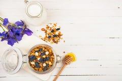 Granola faite maison dans un pot en verre sur une table blanche Nourriture saine photos libres de droits