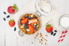 Granola faite maison dans un pot en verre sur une table blanche Nourriture saine photos stock
