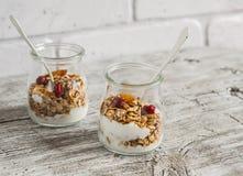 Granola faite maison et yaourt naturel sur une surface en bois légère Nourriture saine, petit déjeuner sain images stock