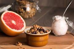 Granola från flera typer av sädesslag med muttrar, kokosnöt gå i flisor arkivfoto