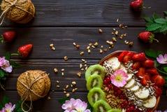 Granola, fruit, bloemen en koekjes royalty-vrije stock afbeelding