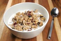 Granola-Getreide mit Milch Stockfotos