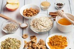Granola gratuite de paleo d'avoine gratuite de grain : écrous mélangés, graines, raisins secs, h photographie stock libre de droits