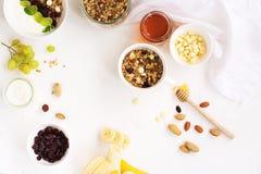Granola hecho en casa con las frutas y las gotas de chocolate blancas Foto de archivo libre de regalías