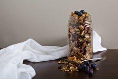 Granola hecho en casa en un tarro imagenes de archivo