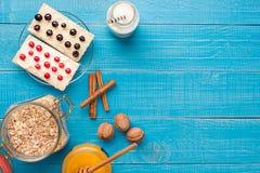 Granola im Glas mit Beeren, Nüsse und Honig, gesundes Frühstück und Diätkonzept, Vitaminsnackkopien-Raumhintergrund Stockbild