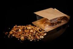 Granola med blandade muttrar och kakao spridda från den kraft påsen fotografering för bildbyråer
