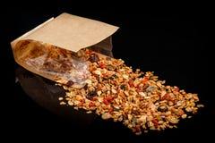 Granola med blandat frö och russin spridda från den kraft påsen royaltyfri fotografi