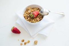 Granola med jordgubbar mjölkar och Honey Breakfast Healthy Food Fotografering för Bildbyråer