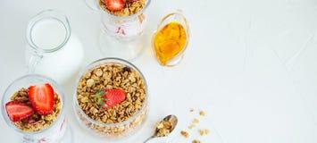 Granola med jordgubbar mjölkar och Honey Breakfast Healthy Food Arkivbilder
