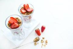 Granola med jordgubbar mjölkar och Honey Breakfast Healthy Food Arkivfoto