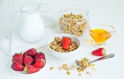 Granola med jordgubbar mjölkar och Honey Breakfast Healthy Food Royaltyfri Bild