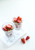 Granola med jordgubbar mjölkar och Honey Breakfast Healthy Food Royaltyfria Bilder