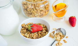 Granola med jordgubbar mjölkar och Honey Breakfast Healthy Food royaltyfria foton