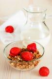 Granola med mjölkar och jordgubbar Arkivbild
