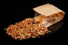 Granola med sorterat kärnar ur spritt från kraft papperspåse arkivfoton