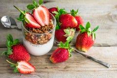 Granola med yoghurt och nya jordgubbar royaltyfri foto