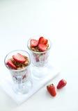 Granola met Aardbeienmelk en Honey Breakfast Healthy Food Royalty-vrije Stock Afbeeldingen