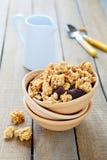 Granola met chocolade en noten voor ontbijt Stock Foto