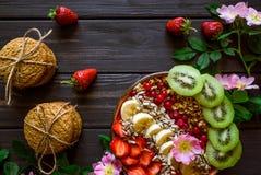 Granola met fruit voor ontbijt royalty-vrije stock fotografie