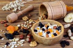 Granola met havermeel, noten en droge vruchten royalty-vrije stock afbeelding