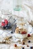Granola met yoghurt en bessen royalty-vrije stock fotografie