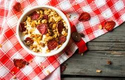 Granola met yoghurt en droge aardbei royalty-vrije stock fotografie