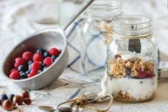 Granola met yoghurtbessen royalty-vrije stock foto's