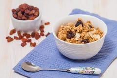 Granola, miel, écrous et raisins secs Photos stock