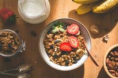 Granola, Milch, Früchte, Bananen Stockfotos