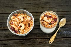 Granola mit Acajoubaum und Glas mit Jogurt auf dunklem hölzernem backgr Stockbild