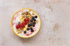 Granola mit frischen Früchten, chia und Samen des indischen Sesams Stockbild
