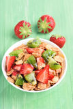 Granola mit frischer Erdbeere und Kiwi Stockbild