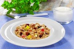 Granola mit Honig, Hafermehl, Nüssen, Rosine und getrockneter Moosbeere Stockfoto