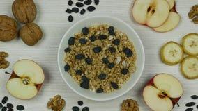 Granola mit Jogurtfrühstücksvorbereitung und -c$essen Stoppen Sie Bewegungs-Animation Beschneidungspfad eingeschlossen stock video