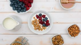 Granola mit natürlichem Jogurt, frische Blaubeeren, Nüsse und Honig, köstliches Frühstück oder Nachtisch, Draufsicht Gesundes Ess stock footage