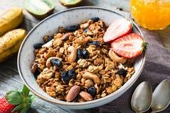 Granola mit Trockenfrüchten, Nüssen und Honig Lizenzfreies Stockfoto