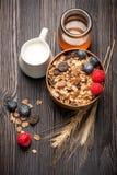 Granola muesli z miodem, jagodami i mlekiem, obrazy royalty free