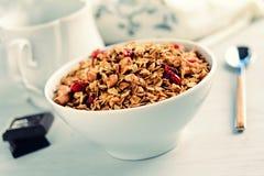 Granola (o muesli) con las nueces y las frutas secadas en el cuenco, estilo retro Foto de archivo