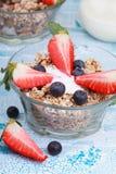 Granola o muesli deliziosi e sani con i dadi, l'uva passa e la b Immagini Stock