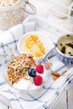 Granola saine de petit déjeuner avec des graines de citrouille, miel, yaourt, baies fraîches photo libre de droits
