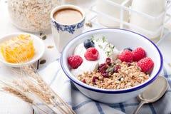 Granola saine de petit déjeuner avec des graines de citrouille, miel, yaourt, baies fraîches image stock