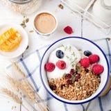 Granola saine de petit déjeuner avec des graines de citrouille, miel, yaourt, baies fraîches image libre de droits