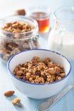Granola saine faite maison dans la cuvette pour le petit déjeuner Image libre de droits
