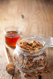 Granola saine faite maison en pot et miel en verre Photo stock