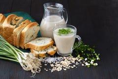 Granola saudável da farinha de aveia do café da manhã do vegetariano com leite e bagas da aveia sobre o fundo de madeira da tabel Imagem de Stock